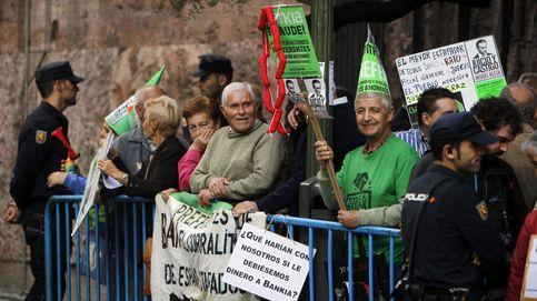 Pancartas y disfraces: así se formó el grupo de jubilados que 'escracheó' a Blesa