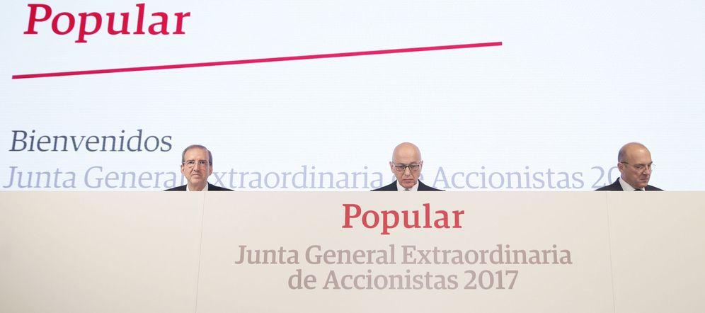 Foto: El vicepresidente del Banco Popular, Roberto Higuera (c), junto al secretario del consejo, Francisco Aparicio (i), y el consejero delegado, Pedro Larena (d). (EFE)