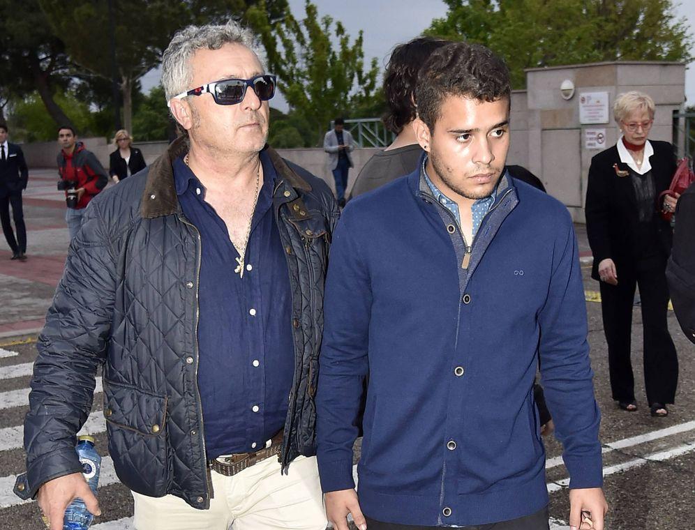 Foto: José Fernando a la entrada del tanatorio. (Gtres)