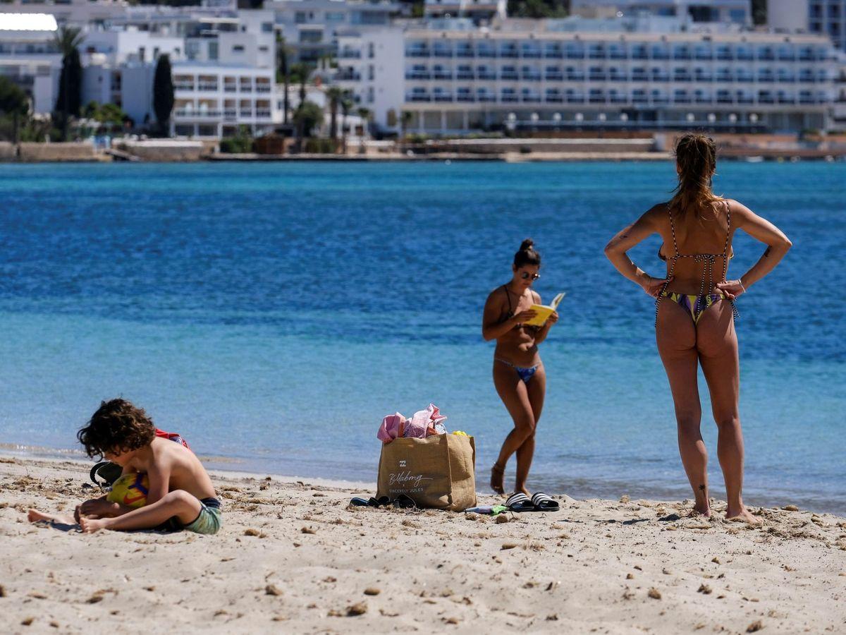 Foto: Varias personas disfrutan del sol en la playa de Talamanca en Ibiza (EFE)