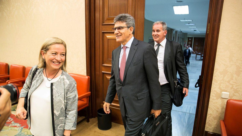 El consejero delegado del Banco Santander, José Antonio Álvarez (c), y la presidenta de la comisión, Ana Oramas (i), momentos antes de su comparecencia en la comisión parlamentaria que investiga la crisis financiera. (EFE)