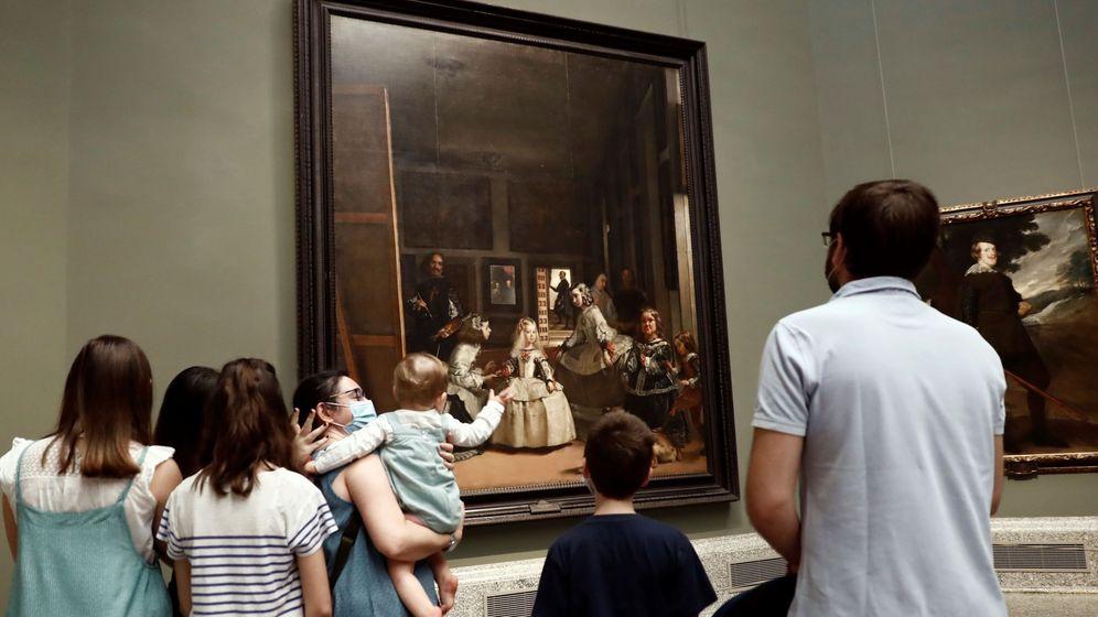 Foto: Varias personas admiran 'Las meninas', de Velázquez, cuadro expuesto en el Museo del Prado. (EFE)
