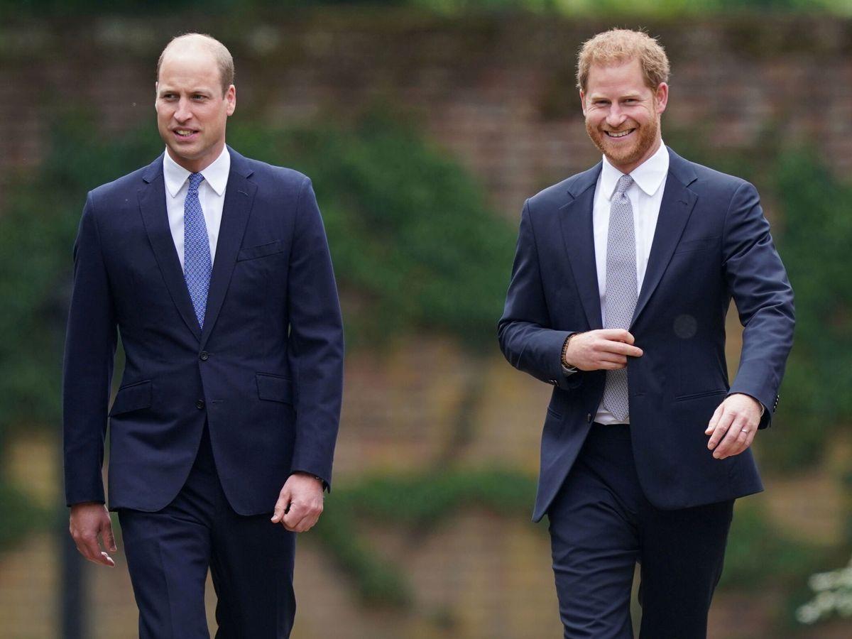 Foto: Harry y William, a su llegada al homenaje a su madre, la princesa Diana. (Reuters)