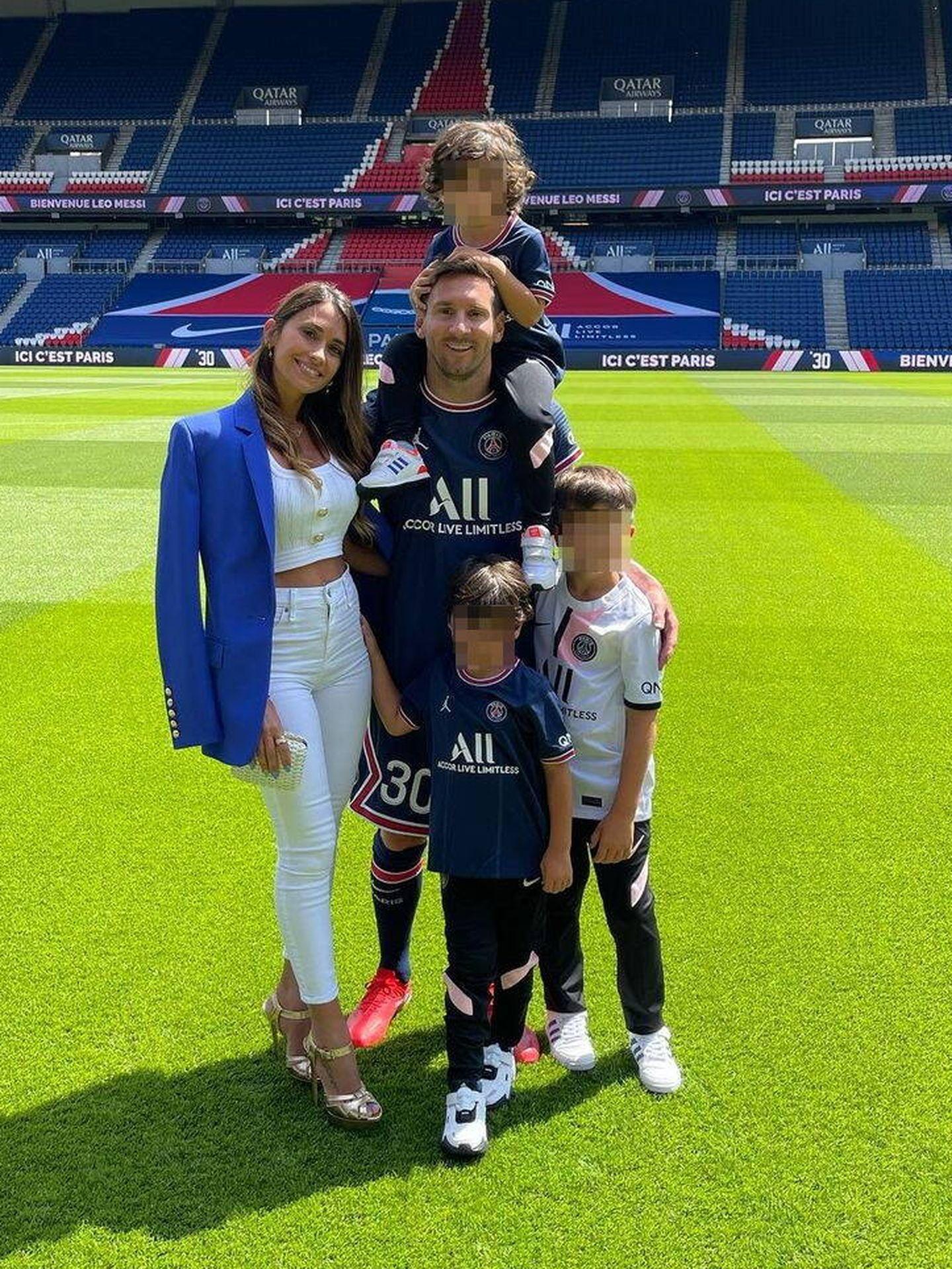 Antonella Rocuzzo junto a Lionel Messi y sus hijos. (Instagram @antonelaroccuzzo)