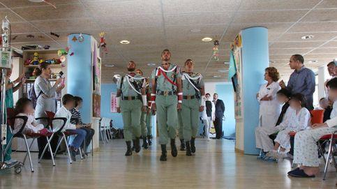 Visita de la Legión a los niños del Hospital Materno Infantil de Málaga