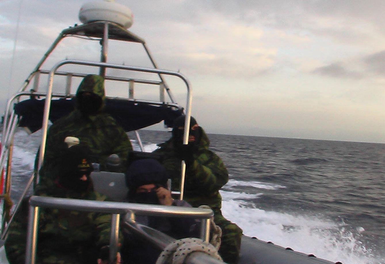 Foto: Miembros de un cuerpo de fuerzas especiales de los guardacostas helenos en una imagen incluida en la denuncia de Frontex.