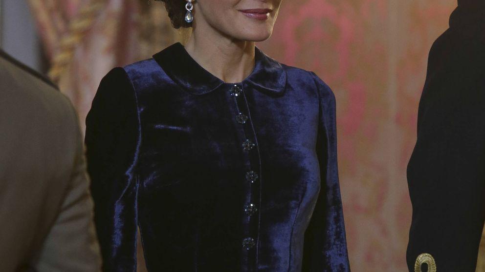 Letizia acierta con un vestido de terciopelo en color azul de Felipe Varela