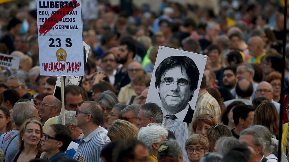 Foto: Varios manifestantes portan una pancarta con el mensaje 'Libertad' junto a una fotografía del expresidente de la Generalitat de Cataluña Carles Puigdemont. (EFE)
