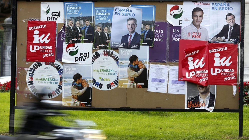 Foto: Tablón con carteles electorales en una foto de diciembre. (EFE)
