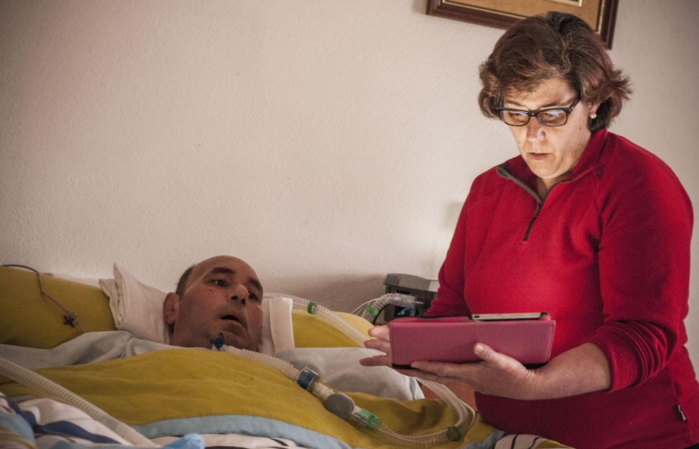 Foto: Ana ayuda a Víctor a comunicarse con una tableta (Fotografías: Carmen Castellón).