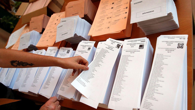 Un votante elige una papeleta en las elecciones generales del 26 de junio de 2016, en Madrid. (Reuters)