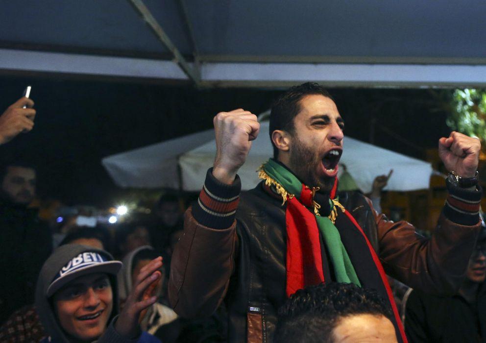 Foto: Un aficionado libio celebra la victoria de su selección en un café de la ciudad de Benghazi.