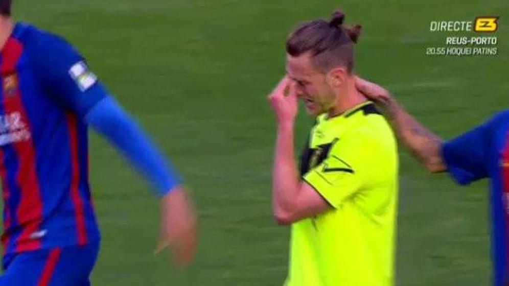 Foto: El futbolista del Eldense Mikey Fernández siendo consolado tras el 12-0. (Foto de 'E3')