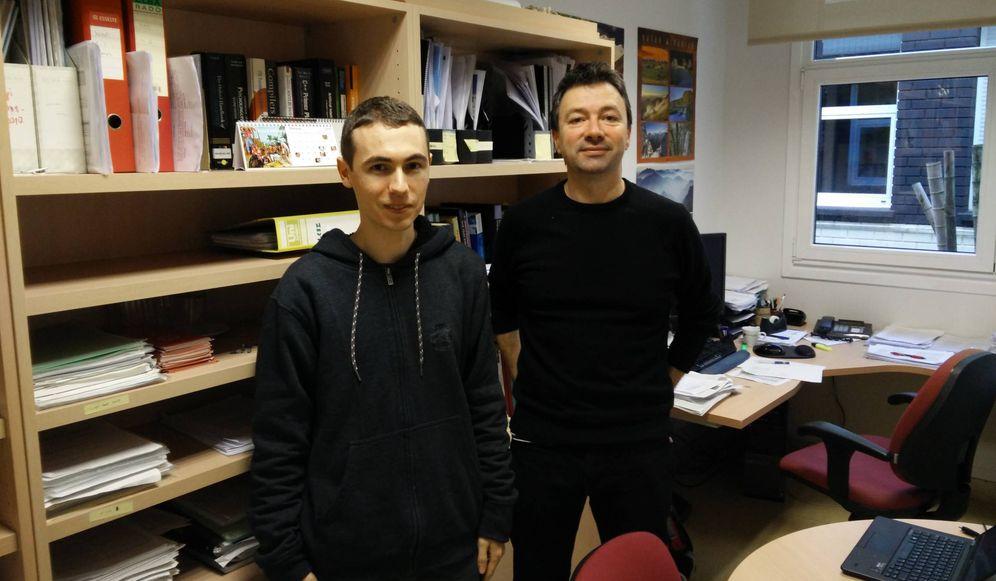 Foto: Los investigadores de la UPV Eneko Agirre (a la derecha) y Mikel Artetxe (a la izquierda), coautores del estudio