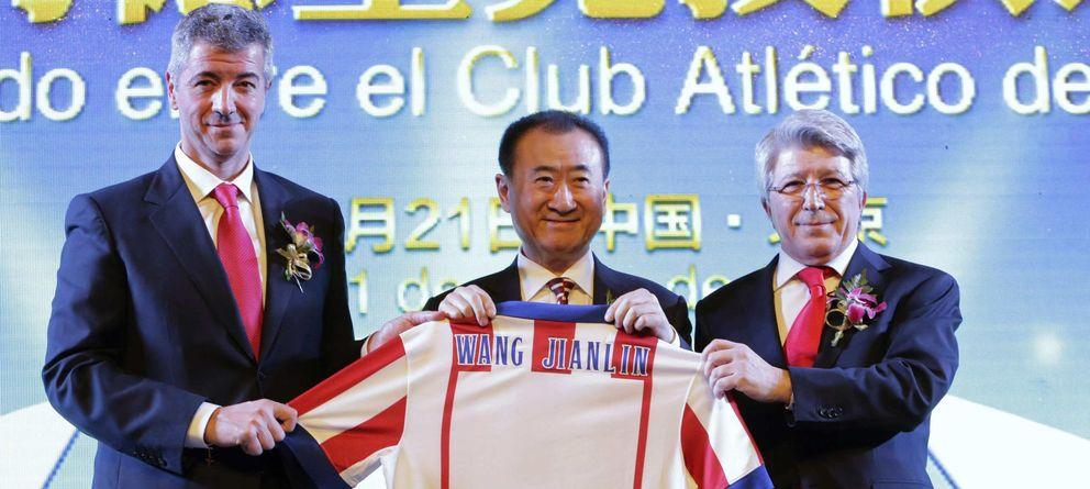 Foto: Miguel Ángel Gil (i), Wang Jianlin (c) y Enrique Cerezo (d) sostienen la camiseta del Atlético con el nombre del inversor chino.