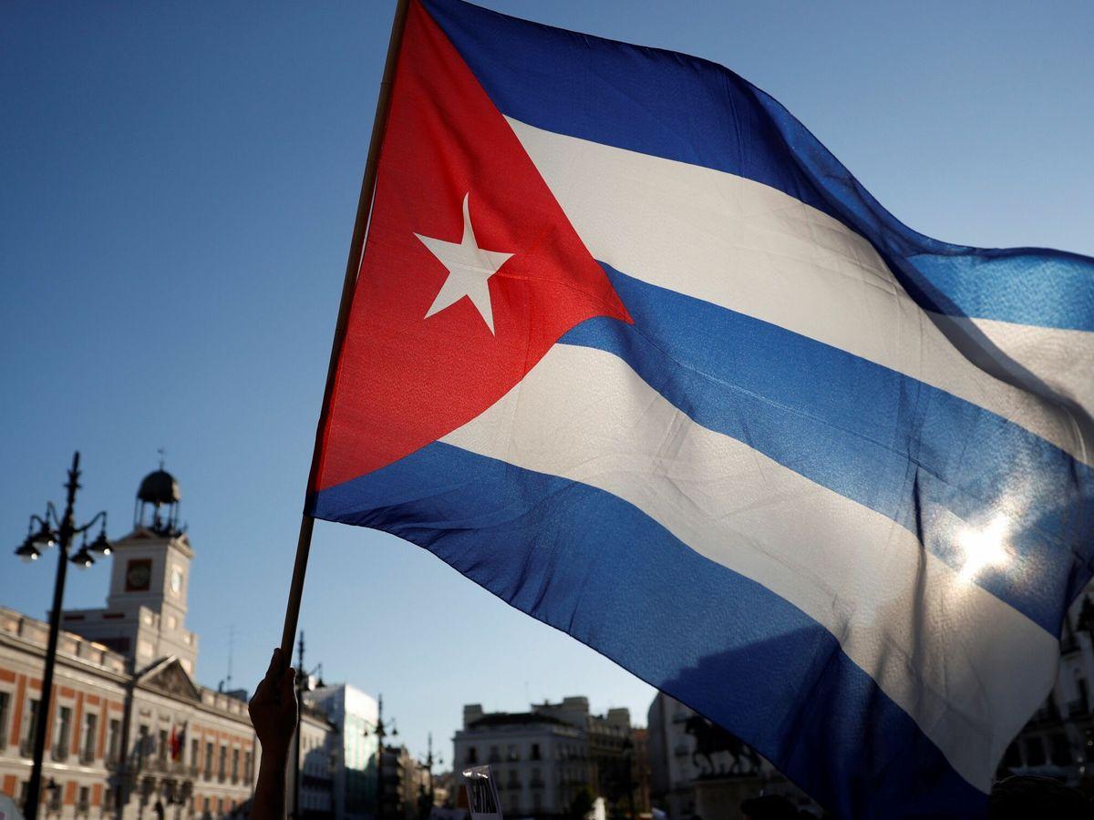 Foto: La bandera cubana ondea en la Puerta del Sol. (EFE)