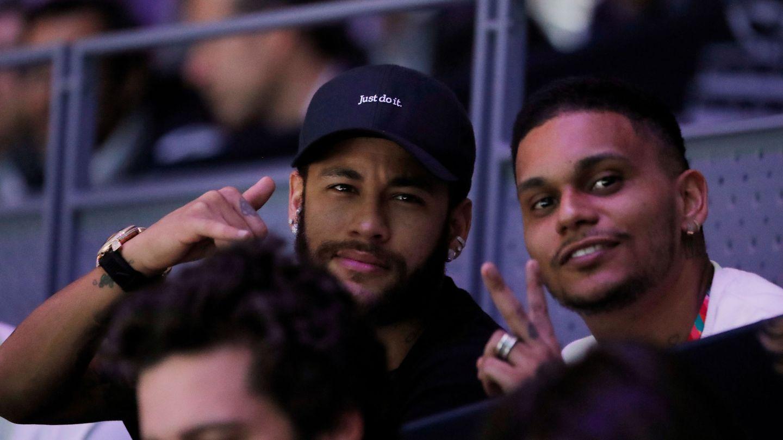 Neymar, en el palco de la Manolo Santana con un grupo de amigos...y tambien Piqué. (EFE)