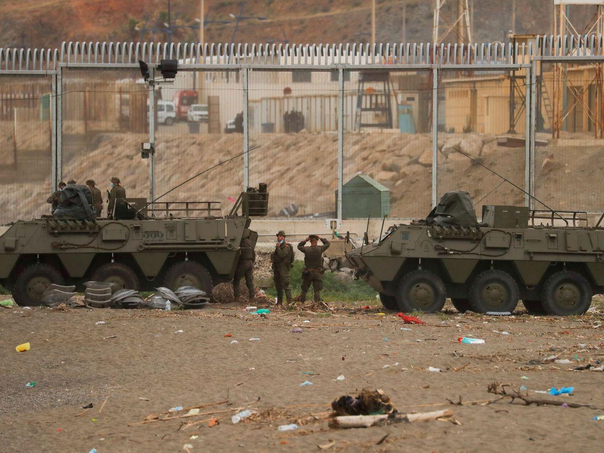 Foto: El Ejército frente a la valla de Ceuta. (Reuters).