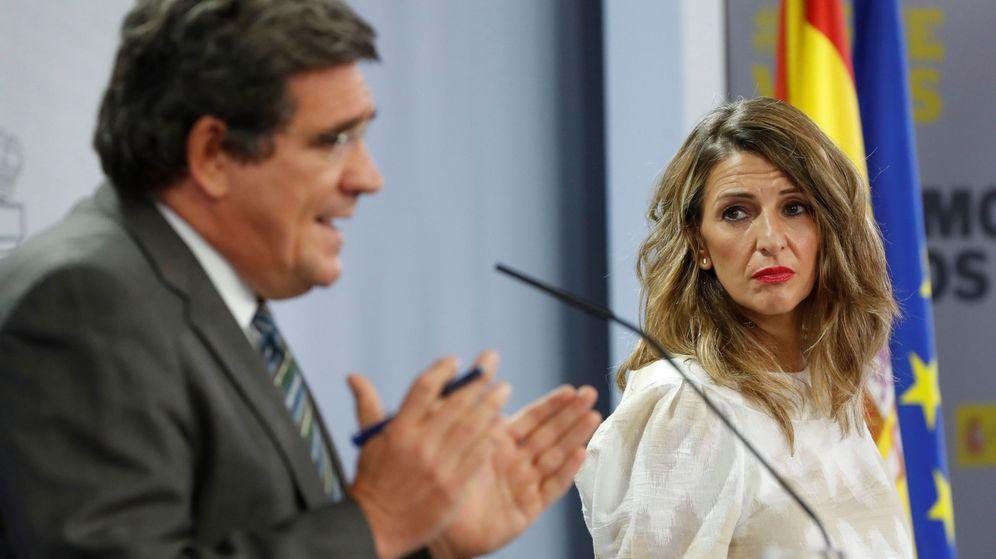 Foto: La titular de Trabajo, Yolanda Díaz, junto a su homólogo en Seguridad Social, José Luis Escrivá. (EFE)