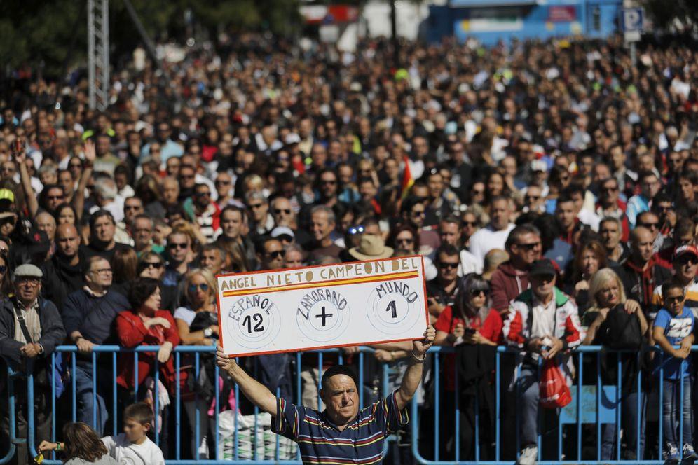 Foto: Miles de moteros (aficionados y profesionales) homenajean a Ángel Nieto en Madrid