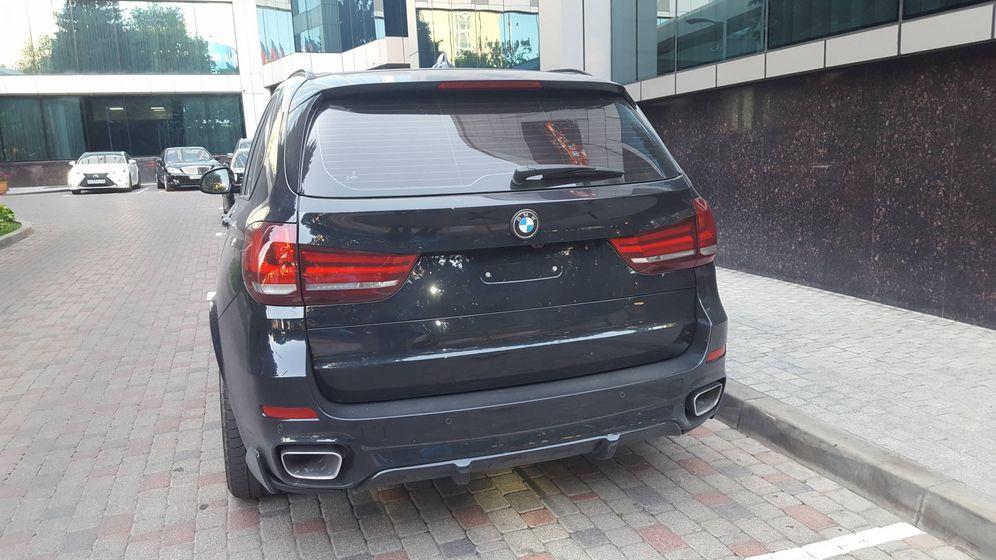 Foto: Un coche sin identificar en la entrada del hotel InTourist, en Krasnodar (A. P.)