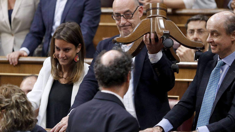 Felisuco muestra una silla rota en el Congreso. (EFE)