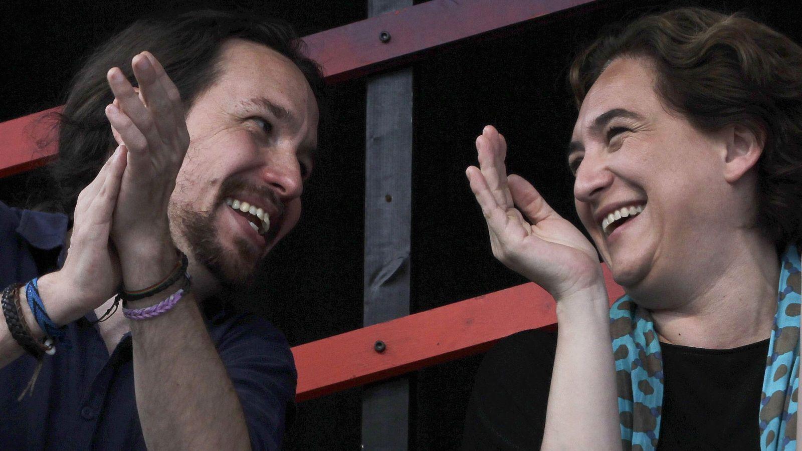 Foto: El secretario general de Podemos, Pablo Iglesias, junto a Ada Colau, alcadesa de Barcelona. (EFE)