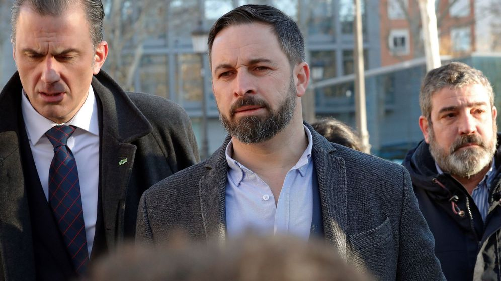 Foto: El líder de Vox, Santiago Abascal (c), junto al secretario general, Javier Ortega Smith (i). Foto: EFE