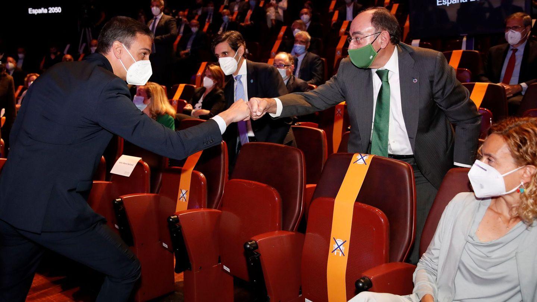 El presidente del Gobierno, Pedro Sánchez, saluda al presidente de Iberdrola, Ignacio Sánchez Galán. (EFE)