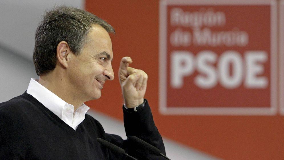 Foto: José Luis Rodríguez Zapatero hace el gesto de la ceja en un mitin en Murcia en 2011. (EFE)