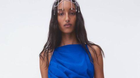 Zara tiene un vestido drapeado de invitada que estiliza y realza las curvas al momento