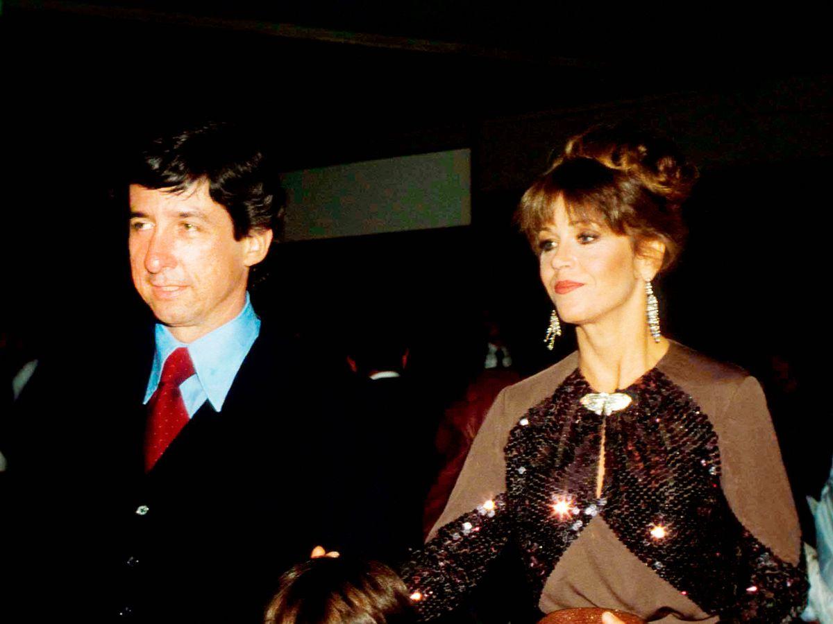 Foto: Jane Fonda y Tom Hayden, con el hijo de ambos. (Alamy)