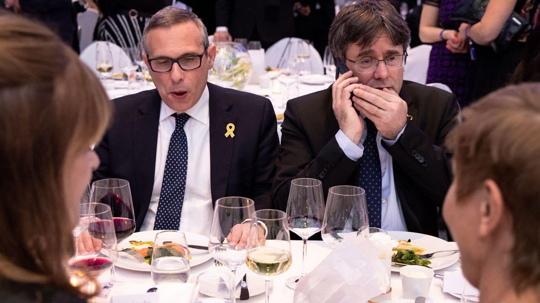 El expresidente de la Generalitat Carles Puigdemont conversa por teléfono durante el banquete de la gala Cine por la Paz. (EFE)