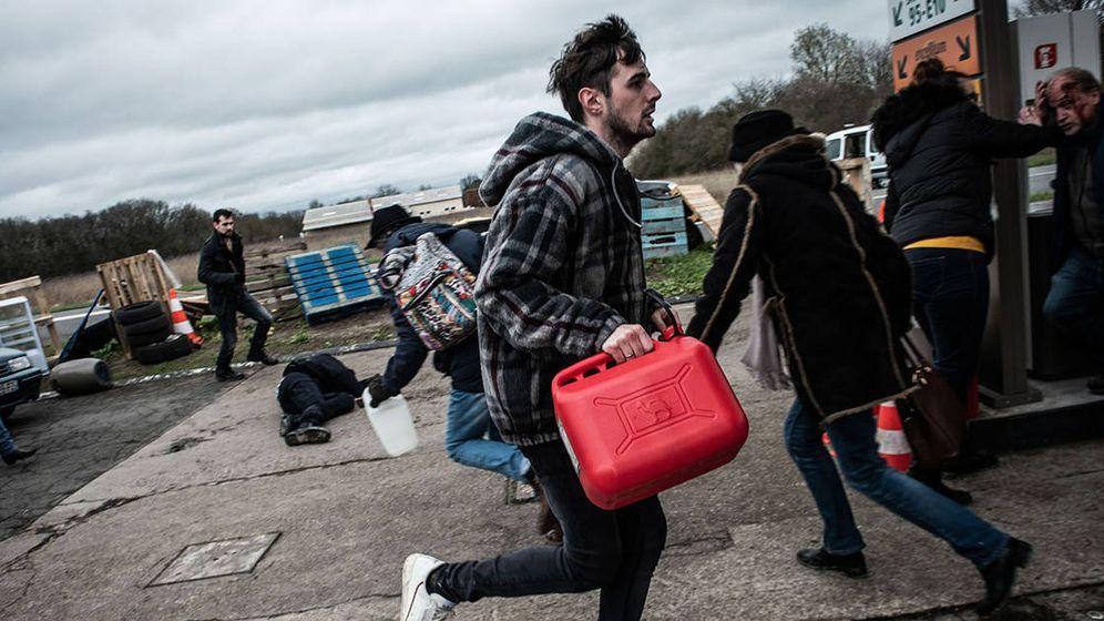 Foto: Los saqueos del segundo capítulo de 'El colapso', 'La gasolinera'. (Filmin)