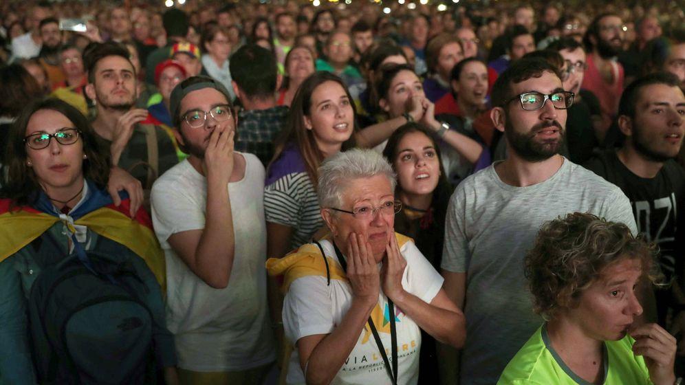 Foto: Vista de la concentración convocada esta tarde en las inmediaciones del Parlamento de Cataluña. (EFE)