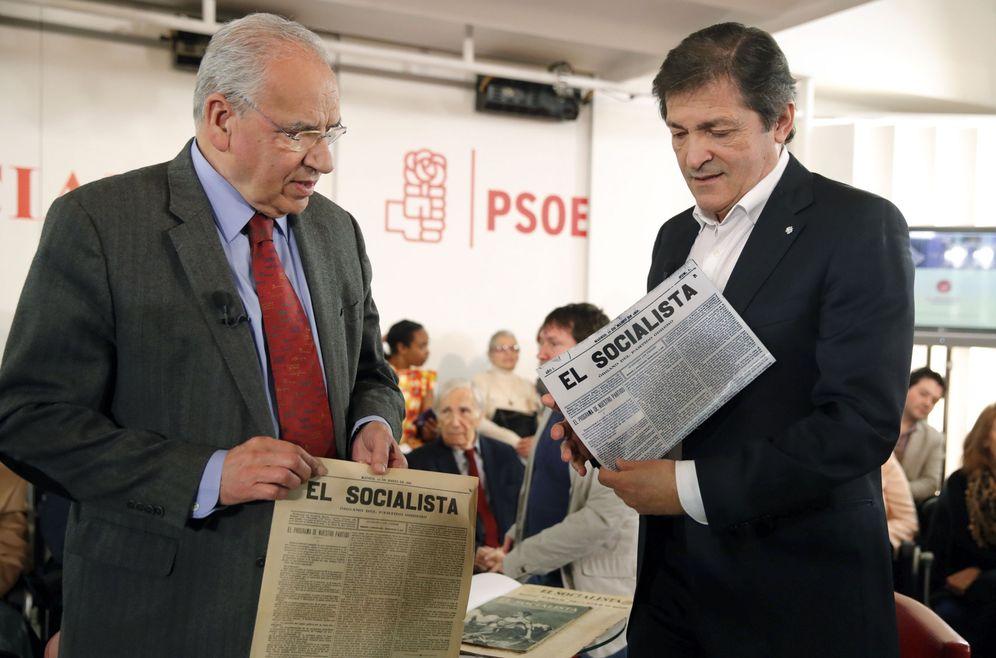 Foto: Alfonso Guerra, presidente de la Fundación Pablo Iglesias, y Javier Fernández, este 26 de enero en el relanzamiento de 'El Socialista', en Ferraz. (EFE)