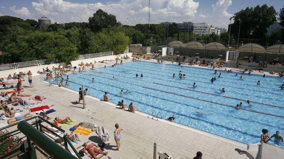 Foto: Una piscina como esta, del Canal de Isabel II, puede albergar millones de gérmenes. (Efe)