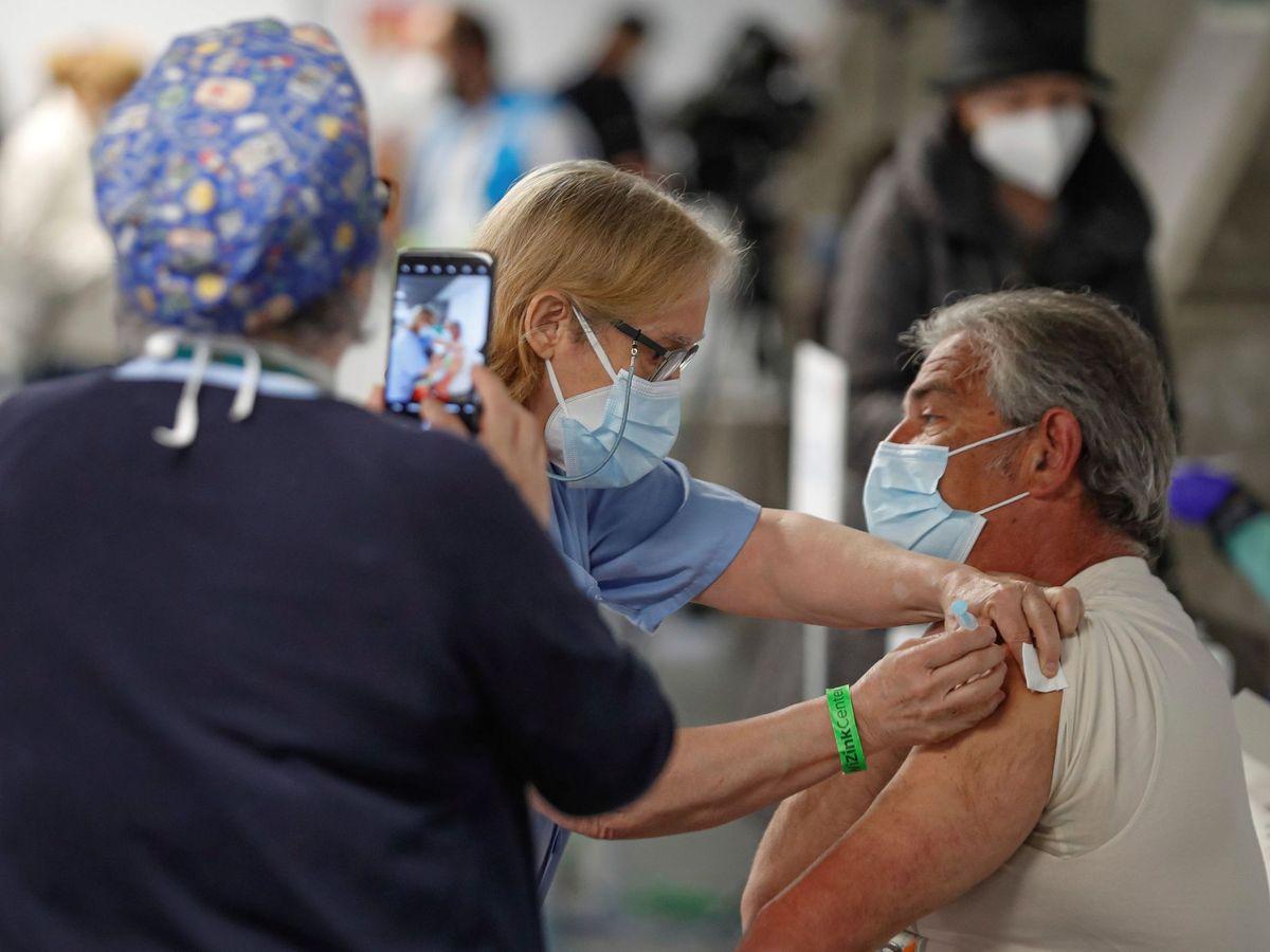 Foto: Una persona recibe una dosis de vacuna en el WiZink Center de Madrid. (EFE)