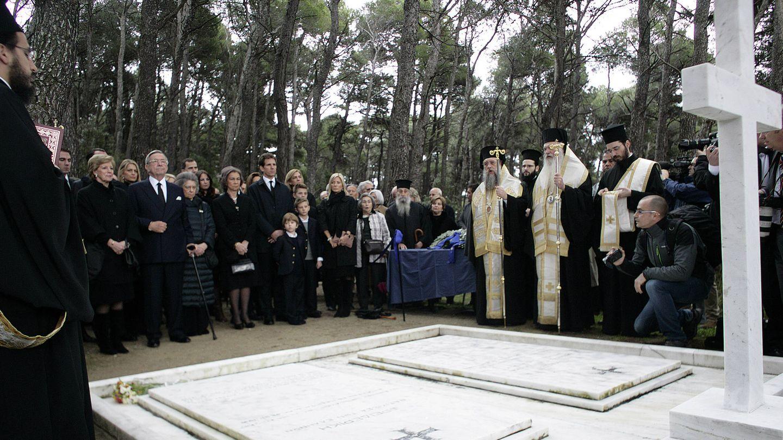 La familia real griega, en su última visita al palacio de Tatoi. (Getty)