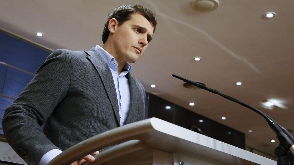 Foto: El presidente de Ciudadanos, Albert Rivera, durante una rueda de prensa en el Congreso. (EFE)