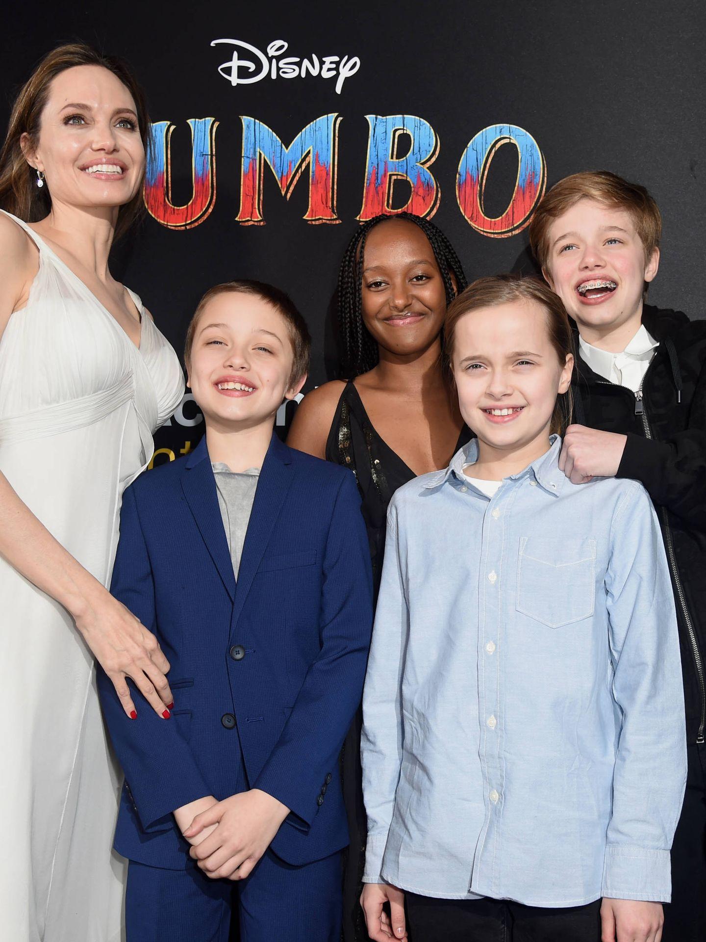 Angelina, junto a cuatro de sus hijos. (Getty)