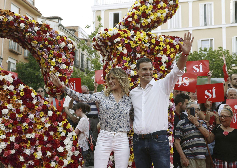 Foto: Pedro Sánchez y su mujer, Begoña Gómez, en el arranque de campaña, en la plaza de Pedro Zerolo de Madrid. Detrás, un gigante 'sí' hecho con flores. (EFE)