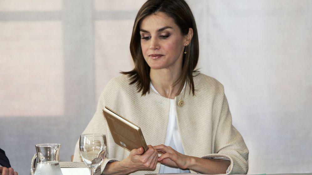 Foto: La reina Letizia consultando un libro. (Gtres)