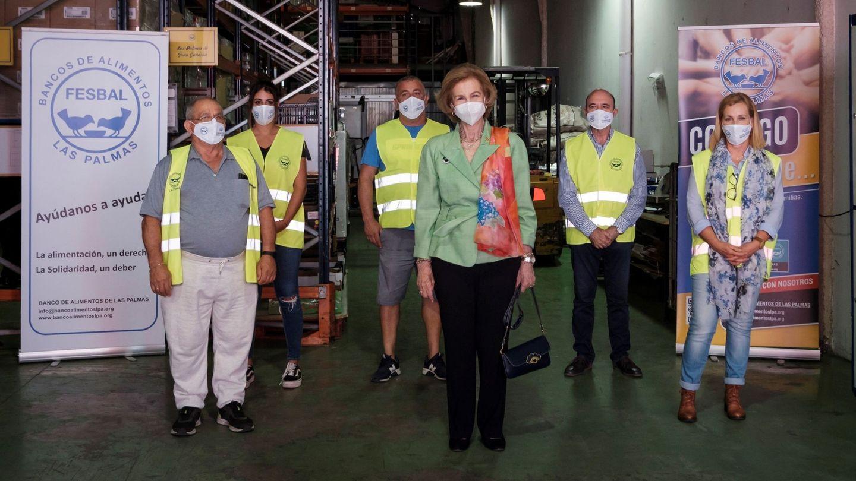 La reina Sofía, en su visita a la sede del Banco de Alimentos de Las Palmas. (Limited Pictures)