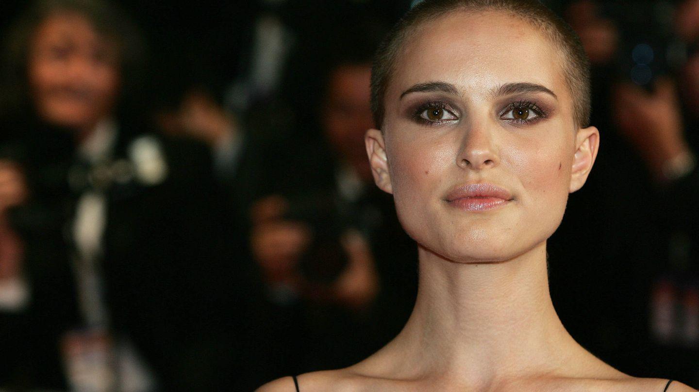 Natalie Portman, presumiendo de corte de pelo en el Festival de Cine de Cannes de 2005. (Getty)