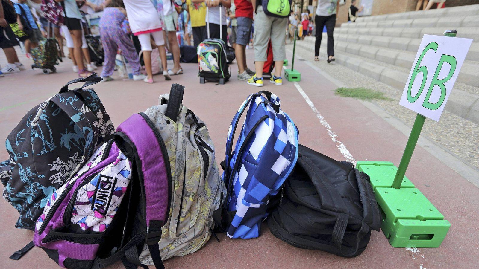 Foto: Las mochilas de varios escolares, en el suelo del patio de un colegio. (EFE)