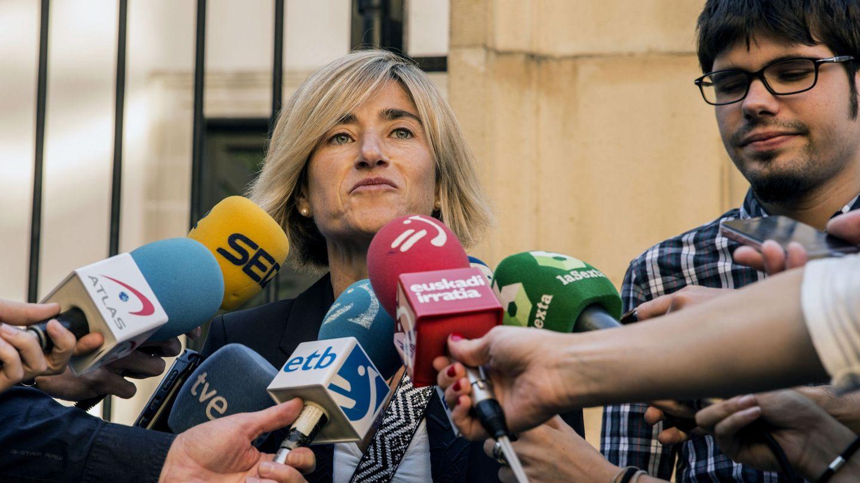 La candidata a lehendakari por Podemos acompañada por el cabeza de lista por Bizkaia, Lander Martínez. (EFE)