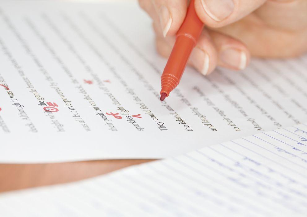 Foto: El bolígrafo rojo ha sido siempre la herramienta de trabajo del corrector. (iStock)