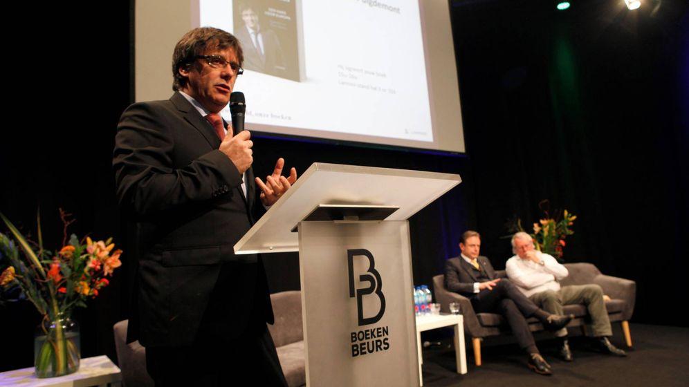 Foto: El expresidente de la Generalitat Carles Puigdemont presenta su libro en Amberes. (EFE)