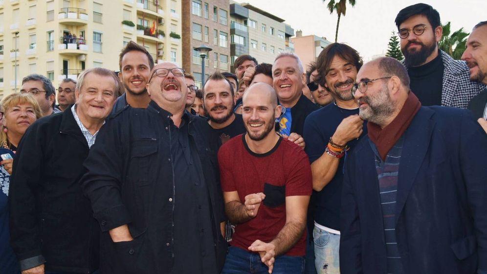 Foto: Grupo de humoristas amigos de Chiquito de la Calzada, ayer, en su homenaje en Málaga (Toñi Guerrero).
